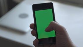 Mann, der Smartphone verwendet stock video footage