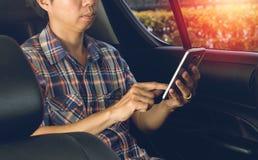 Mann, der Smartphone verwendet Lizenzfreie Stockfotos