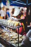 Mann, der Snack am Markt verkauft Lizenzfreies Stockbild