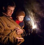 Mann, der Sohnfeuerwerke zeigt Stockfoto