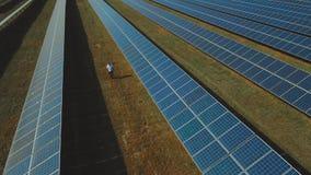 Mann, der an der Solarenergiestation geht Geschossen auf Brummen stock video