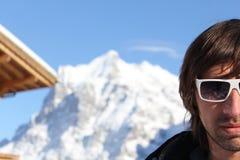 Mann in der Sonnenbrille in den Alpen Lizenzfreie Stockfotografie