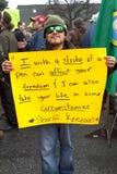 Mann in der Sonnenbrille, die Zeichen hält Lizenzfreie Stockbilder