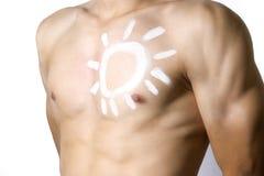 Mann, der Sonnenschutz anwendet Lizenzfreie Stockfotografie
