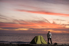 Mann, der Sonnenuntergang betrachtet Stockfoto