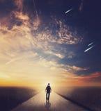 Mann, der am Sonnenuntergang geht lizenzfreies stockbild