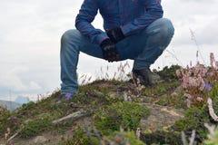 Mann an der Spitze des Hügels Stockfotos