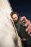 Mann, der Spray-Dose nah hält Lizenzfreies Stockfoto