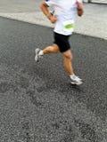 Mann, der in Stadtmarathon läuft lizenzfreies stockbild