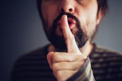 Mann, der Stille oder ruhig sein sagt stockfotografie
