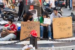Mann, der stillen Protest während der Gezi-Parkproteste in Istanbul, die Türkei macht stockfotografie