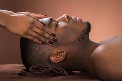 Mann, der Stirn-Massage empfängt Lizenzfreie Stockfotos