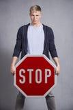 Mann, der Stoppschild zeigt. Stockfoto
