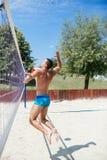Mann, der Strandvolleyball spielt stockbilder