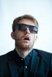 Mann in der Suite mit Gläsern Stockfotos