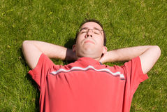 Mann, der in The Sun sich entspannt Stockfoto