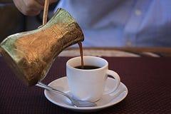 Mann, der türkischen Kaffee gießt Lizenzfreie Stockfotografie