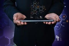 Mann, der Tablet-Computer mit Molekülen darstellt Lizenzfreies Stockfoto