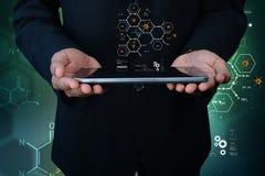 Mann, der Tablet-Computer mit Molekülen darstellt Lizenzfreies Stockbild