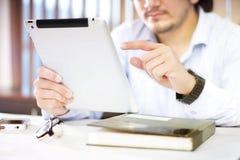 Mann, der Tablet mit dem Zeigefinger verwendet lizenzfreie stockfotos
