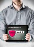 Mann, der Tablet mit inländisches Wertpapier-Anzeige hält lizenzfreie stockbilder