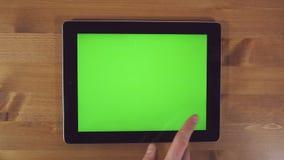 Mann, der Tablet-PC mit grünem Schirm verwendet stock footage