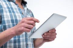 Mann, der Tablette-Computer verwendet Lizenzfreie Stockfotos