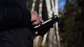 Mann, der Tablette im Wald verwendet stock footage