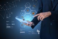 Mann, der Tablette mit medizinischem Konzept darstellt Lizenzfreie Stockbilder