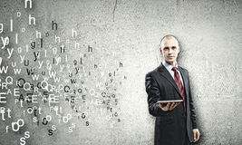 Mann, der Tablette-PC verwendet Stockbild