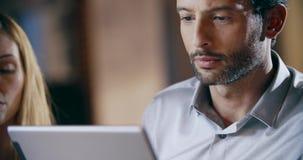 Mann, der Tablette und Brillen verwendet Firmenkundengeschäftteamarbeits-Bürositzung Geschäftsmann mit drei Kaukasiern und stock footage