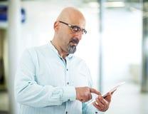 Mann, der Tablette verwendet Stockfoto