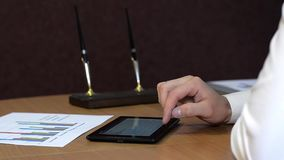Mann, der Tablette verwendet stock video footage