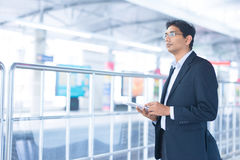 Mann, der Tabletten-PC an der Bahnstation verwendet Stockfoto