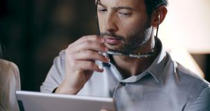 Mann, der Tablettentechnologie einsetzt Firmenkundengeschäftteamarbeits-Bürositzung Drei Geschäftsmann- und Geschäftsfrauleutegru stock video