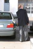 Mann an der Tankstelle Stockbild