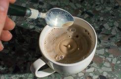 Mann, der Tasse Kaffee herstellt lizenzfreies stockfoto