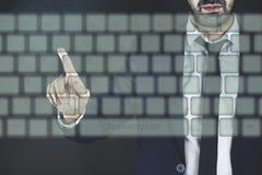 Mann, der Tastatur auf Schirm berührt stockfotografie