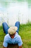 Mann, der in Teich sich entspannt Stockfotos
