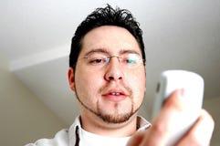 Mann, der Telefon betrachtet Stockfoto