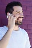 Mann, der am Telefon im Bett spricht Stockfoto