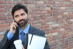 Mann, der am Telefon mit Begeisterung hört lizenzfreies stockbild