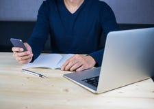 Mann, der Telefon und Arbeit, Ablenkung und beschäftigtes Konzept verwendet lizenzfreies stockbild