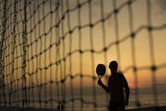 Mann, der Tennis durch Netz spielt lizenzfreie stockfotos