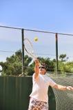 Mann, der Tennis spielt Lizenzfreie Stockfotos