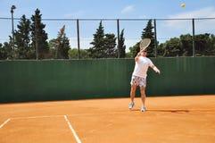 Mann, der Tennis spielt Stockfotografie