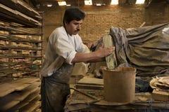 Mann, der Terra Cotta Tiles, Tecate, Mexiko macht Lizenzfreie Stockfotografie