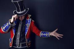 Mann in der teuren Klage des Illusionistzauberers. Stockbild