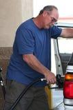 Mann, der teures Gasbecken füllt Stockfotos
