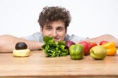 Mann, der am Tisch mit Lebensmittel sitzt Stockbilder